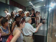 prof. Ugas espone i reperti della mostra