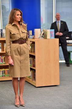 First Lady Melania Trump has stunned every fashion observer by choosing to wear only high fashion outfits, during her trip with her husband. The former model wore only a wardrobe made for the most elegant fashion Trump Melania, First Lady Melania Trump, Moda Safari, Milania Trump Style, Safari Dress, Haute Couture Style, Camisa Formal, High Fashion, Womens Fashion