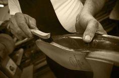 Dalla scelta meticolosa del #pellame fino alle fasi conclusive di finitura e lucidatura, ogni singolo passaggio del processo di produzione avviene nel nostro laboratorio italiano dove gli abili artigiani Il Gergo conferiscono alla scarpa #valore e unicità senza #tempo. Possiamo infine affermare che ogni nostra singola #scarpa è un capolavoro da #indossare. #IlGergo