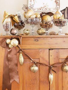 Kerstversiering ophangen aan een mooi satijnlint. Eenvoudig en meteen een goede aankleding.