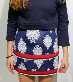 Falda en color azul marino con detalles en granate con bordados blancos y elasticos de English Factory Tienda online   Moda mujer y hombre