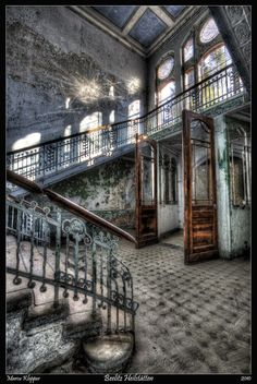 Beelitz Heilstätten (Abandoned Military Hospital In Berlin) I would love to see these places and photograph them myself Abandoned Buildings, Abandoned Property, Abandoned Castles, Abandoned Mansions, Old Buildings, Abandoned Places, Beautiful Architecture, Beautiful Buildings, Beautiful Ruins