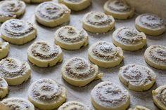 Bite my cake: Prhke ružice s orasima Baking Recipes, Cookie Recipes, Dessert Recipes, Easy Desserts, Delicious Desserts, Kolaci I Torte, Torte Recepti, Croatian Recipes, Christmas Desserts