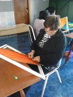 Ema, tejiendo muy concentrada