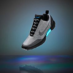 映画『バック・トゥ・ザ・フューチャー 2』にヒントを得たナイキの新作スニーカーが登場。自動で靴ひもを締めるシステムを現実になる。