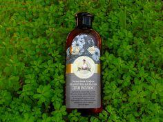 El Champú Bálsamo Sauna Blanca de Recetas de la Abuela Agafia contiene una combinación de plantas siberianas como viburnum rojo, caléndula, espino amarillo, amaranto y bayas siberianas para embellecer y cuidar nuestra melena y el cuero cabeludo.