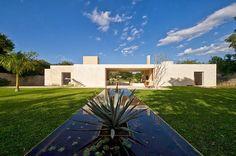 Diseño de moderna casa hacienda con paredes hormigón blanco   Construye Hogar