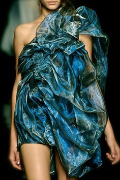 Detailed photos of Yiqing Yin Haute Couture Autumn 2012 Fashion Art, New Fashion, Trendy Fashion, High Fashion, Fashion Show, Fashion Design, Fashion Trends, Dress Fashion, Couture Fashion