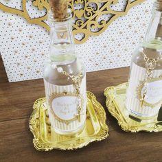 """Garrafa de vidro 50ml decorada para lembrança de batizado, primeira comunhão, primeira eucaristia, casamentos, e acompanha mini terço com rótulo personalizável. (não acompanha a água benta) <br> <br>Consulte disponibilidade de novas cores e motivos. <br> <br>DUVIDAS EM COMO EFETUAR A COMPRA? <br> <br>1º Clique em """"COMPRAR ESTE PRODUTO"""" e defina a quantidade que desejar. <br>2º Aguarde o cálculo do frete. As opções de frete serão exibidas automaticamente no pedido e você será informado por…"""