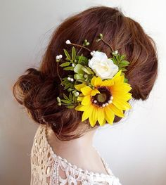A radiant country-style hair clip featuring a sunflower, wildflowers, and various foliage and twigs. Little pearls are scattered around for whimsical effect.  – SIZE: approximately 4.5 – COLORS: yellow, white, green – ATTACHES: with a metal alligator clip – MADE TO ORDER, ships in 1-2 weeks. Rush service also available.  –––– SHIPPING / POLICIES –––– I ship world-wide. All items are carefully made to order, and are final sale. Please review my shop policies before committing to purchase:...