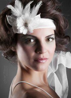 Tocado RIMPIANTO Tocado en cinta de organza en blanco roto, con flor, pedrería hojas de malla metálica y plumas #wedding #bridal #white #boda #novia #blanco #flower #flor #pluma #feather