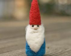 Nadel gefilzte Gnome Ornament auf einer Schaukel von scratchcraft