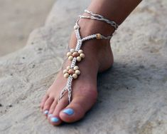 Hemp Barefoot Sandal, Foot Jewelry, Wood Beads, Flower Sandals from Hemp Craze Hemp Bracelet Patterns, Diy Friendship Bracelets Patterns, Hemp Bracelets, Ankle Bracelets, Jewelry Patterns, Barefoot Sandals Tutorial, Hemp Crafts, Hemp Jewelry, Macrame Jewelry