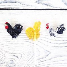 Какой же из них съедобный 🤔🙈🐥 Не удержалась и купила леденец. Попробовала и не поняла как можно такое сладкое есть 😳 пришлось с петушком на палочке попрощаться😬😅 #polalab #handmade  #brooch #embroidery #embroideryart #laceembroidery #вышивка #вышивальныйманьяк #вышивкагладью #объемнаявышивка  #брошьручнойработы #брошка #russiandesigners #birdproject #art_we_inspire #петух #rooster #cock #lollypop