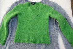 Πόσες φορές σας έχει τύχει να «μπει» τόσο πολύ ένα μάλλινο ρούχο σας στο πλύσιμο που μετά να μη σας κάνει; Μην απογοητεύεστε και φυσικά μην το πετάξετε ή το χαρίσετε αν δε δοκιμάσετε το
