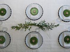 DIY- Musta-vihreä juhlakattaus - Humua -kaikkien juhlien ideapankki Decorative Plates, Table Settings, Home Decor, Decoration Home, Room Decor, Place Settings, Home Interior Design, Home Decoration, Tablescapes