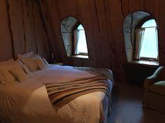 O hotel Montanha Mágica, da Reserva Biológica Huilo Huilo, localizada a 860km de Santiago, faz você se sentir como em um filme! Hobbit, eu?
