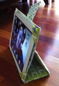 My husband gave me an iPad as a combination Mother's Day/Birthday gift and of course the first thing it needed was a rockin' case! I purchased this great PDF pattern from Sew Spoiled an… Sewing Hacks, Sewing Tutorials, Sewing Crafts, Sewing Projects, Projects To Try, Diy Crafts, Accessoires Iphone, Tablet Cover, Video Games For Kids