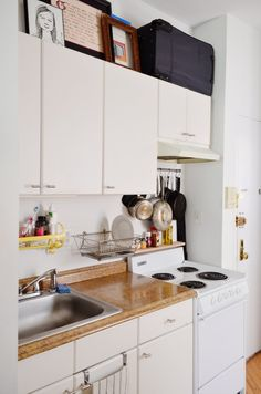 5 Ways to Instantly Modernize an Old & Dated Apartment — Renter's Solutions Apartment Therapy Small Space Kitchen, Smart Kitchen, New Kitchen, Small Spaces, Kitchen Ideas, Kitchen Modern, Functional Kitchen, Kitchen Floor, Modern Apartment Decor
