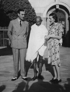Viscount Mountbatten (1900 - 1979), the new Viceroy of India and his wife Edwina (1901 - 1960) invite Mahatma Gandhi to the Viceroy's house in Delhi, 31st March 1947. (Photo by Topical Press Agency/Hulton Archive/Getty Images)