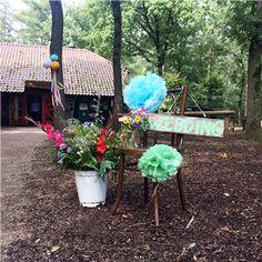 Styling bohemian bruiloft welkom bord wedding, versiering decoratie bij de ingang in het bos.