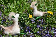 Zwischen blauen Blümchen sitzen weiße gefilzte #Alpakas mit grünen Füßen und Ohren. Handgefertigt mit kleinen #Accessories verdelt.