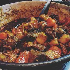 Aquela hora que o Boeuf Bourguignon fica pronto e é tudo que você mais quer para curar o tempo frio. O que vocês comem por aí quando está frio?  #BoeufBourguignon #bife #carne #assada #panela #Bourguignon #gourmet #comida #legumes #frio #gourmetadois #comidaboa #gourmetfood