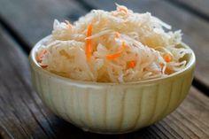 Ингредиенты: - 3 кг. Капусты. - 1 л. воды. - 2 ст. Ложки соли. - 1 ст. Ложка сахара. - 3 средних морковки. Приготовление: Очищаем капусту от внешних листьев, чистим морковку, тонко шинкуем капусту и т...