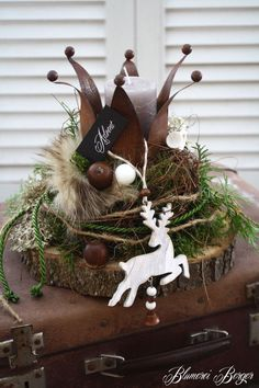 Here sits on a wooden disc between moss, vine, lichen, cones, acorns . Rustic Christmas, Winter Christmas, All Things Christmas, Christmas Home, Crafts To Do, Christmas Crafts, Christmas Decorations, Christmas Ornaments, Holiday Decor