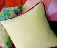 En esta manualidad te mostraremos como hacer un elegante almohadon con cremallera para que puedas cambiar el relleno cuando se te antoje. Te mostraremos como hacer unaterminaciónpara que puedas decorarlo. No necesitaras muchos materiales y con un poco de tiempo lotendrásterminado.  MATERIALES: