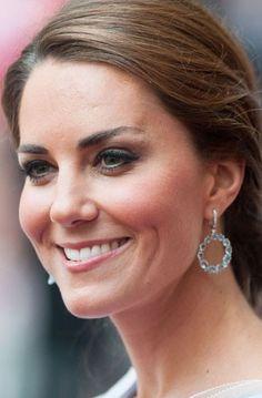 Kate Middleton lleva unos pedientes de oro blanco con aguamarinas o topacios azules en degradación de tañamo y diamantes en la zona del cierre. Perfectos para cualquier ocasión
