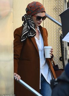 Going incognito? Anne Hathaway rocks a glamorous low-key loo.-Going incognito? Anne Hathaway rocks a glamorous low-key look for Ocean's Eight … Going incognito? Anne Hathaway rocks a glamorous low-key look for Ocean's Eight shoot in New York Hair Wrap Scarf, Hair Scarf Styles, Look Fashion, Hijab Fashion, Fashion Outfits, Korean Fashion, Fashion Beauty, Anne Hathaway, Chemise Fashion