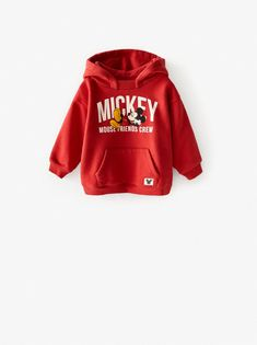 Front pouch pocket with label appliqué and Mickey Mouse © Disney print. Ribbed trim and bands at sleeves. Disney Sweatshirts, Disney Shirts, Hooded Sweatshirts, Baby Girl Dresses, Baby Boy Outfits, Mickey Mouse Sweatshirt, Zara Home Stores, Zara Boys, Disney Boys