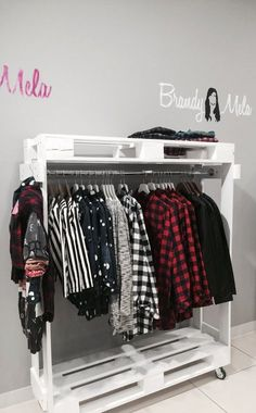Pallet wardrobe: 50 ideas for decoration - Open the pallet cabinet with roller - Pallet Wardrobe, Diy Wardrobe, Wardrobe Design, Pallet Closet, Pallet Furniture Designs, Diy Furniture, Room Decor Bedroom, Diy Room Decor, Home Decor