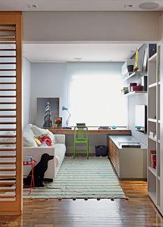 Apartamento em Ipanema por Be.bo. - Painéis de peroba-do-campo clareada (Movere Móveis), com venezianas articuladas, separam sala de jantar e escritório. #homeoffice