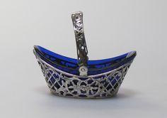 """Zilveren opengewerkt beschuitvormig bon bon mandje, gemerkt met """"830 kroontje"""" en maandje, met blauw glazen binnenbakje. Lengte 9,4 cm, hoogte 8 cm"""