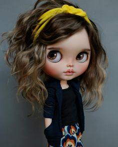 Mahi - Adopted, original Blythe Cassiopeia Spice @pomipomari beautiful outfit #suedolls #jg_blythecustom eyechips #mohairreroot…
