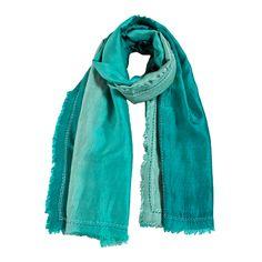 sciarpa in seta 100% sfumata nella tonalità verde acqua e arricchita con piccole frange lungo il bordo. Made in India. Dimensioni: Lunghezza 180 cm, Larghezza 75 cm.