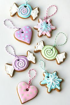 Sweet Gingerbread Ornaments Recipe & Icing How to. Time to redo our gingerbread ornaments! Cute Christmas Cookies, Pink Christmas, Christmas Candy, Christmas Treats, Christmas Baking, Christmas Ornaments, Christmas Decorations, Christmas Minis, Holiday Cookies