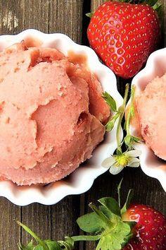 Hjemmelavet is er helt fantastisk. Det er muligt at lave de vildeste is med flotte farver og smagsvarianter. Men nogen gange skal det bare være så let og enkelt at man næsten kan lave isen i søvne eller helt overlade produktionen til børnene.  Det er denne simple isopskrift et eksempel på.  Bagetid.dk har mange forskellige isforme, så kig ind og lad dig inspirere. Let, Strawberry, Food, Strawberries, Meals