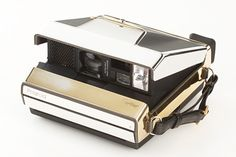 Only 4 golden Cartier Polaroid cameras were made in Each are 22 carat with 3 shades of gold. It may just be the shiniest camera we've ever seen. The Cartier Gold Polaroid at the WestLicht Photographica Auction ______________________________ WHYYYYYYYYYYY? Antique Cameras, Old Cameras, Vintage Cameras, Vintage Photos, Instax Camera, Fujifilm Instax, Polaroid Photos, Polaroid Cameras, Digital Cameras
