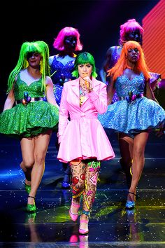 Katy Perry really wants Lenny Kravitz to perform with her. Perry, will take the stage during the Super Bowl XLIX halftime show, and she told Willie Geist during the Baltimore Ravens and New Katy Perry Kostüm, Katy Perry Photos, Candy Costumes, Cool Costumes, Rainbow Chip Frosting, Prismatic World Tour, Acid House, Lenny Kravitz, American Singers
