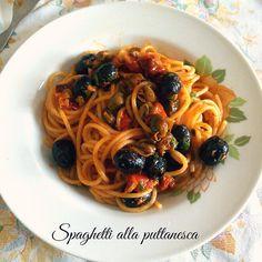 Spaghetti alla puttanesca.320 gr di spaghetti 3 filetti di alici (acciughe) 400 gr di polpa di pomodoro 1 cucchiaio di capperi sotto sale 100 gr di olive nere di Gaeta 1 spicchio d'aglio peperoncino e origano a piacere sale e olio evo q.b.