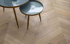 De sergeantstreep, zo wordt een Hongaarse punt patroonvloer ook wel genoemd.  Dit zijn lamelplanken van 60x12cm in een A-sortering en in het WOOD! L A B© NATUREL afgewerkt..  Leverbaar in diverse afmetingen, sorteringen en kleuren/ uitstralingen! Geschikt voor vloerverwarming en vloerkoeling. Table, Furniture, Home Decor, Decoration Home, Room Decor, Home Furniture, Interior Design, Home Interiors, Desk