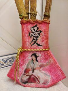 Um lindo jarrão feito de pacotes de leite e enfeitado com canas de bambu feitas com rolinhos de papel higiénico