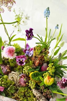 natural spring floral arrangement at DuckDuckGo Green Flowers, Silk Flowers, Spring Flowers, Beautiful Flowers, Flower Designs, Flower Ideas, Planting Flowers, Floral Arrangements, Wedding Flowers