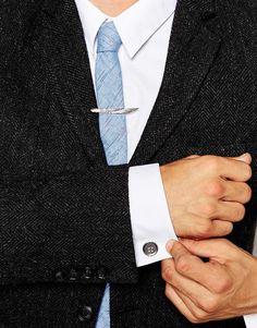 Set aus Krawattennadel und Manschettenknöpfen von Simon Carter silberfarbene Optik schmale Krawattennadel strukturiertes Flügeldesign Clipverschluss passende Manschettenknöpfe Zierknopf T-Steg-Verschluss 100% Messing jetzt neu! ->. . . . . der Blog für den Gentleman.viele interessante Beiträge  - www.thegentlemanclub.de/blog