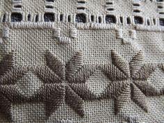 Esta hermoso y extremadamente detallado color marrón seta cuenta 25 colores servilleta de tela Lugana fue cosido con hilos DMC. Este centro de mesa mide aproximadamente 14.5 por 7 pulgadas. Hay una gran cantidad de recortables de detalle en el centro por lo que se aprecia el color colocado detrás de la servilleta. La calidad de las puntadas no es fácil de encontrar, muy aseado e incluso. Esta forma de costura detallada incluye puntadas de hilo contado, trabajo exhausto del hilo de rosca y…