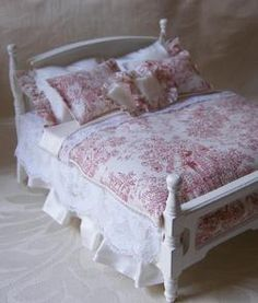 Lovely Bed Miniature Dollhouse Furniture, Miniature Rooms, Dollhouse Miniatures, Dollhouse Ideas, Barbie Bedroom, Casas Shabby Chic, How To Dress A Bed, Doll Beds, Victorian Dollhouse