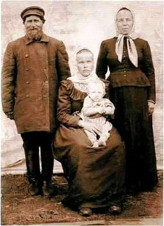 Holmogorskogo peasant family from the village Kuzopole Kholmogorsky County. Photo of the early XX century Volga Germans, Caucasian Race, Snow Maiden, Russian Revolution, White Sea, Russian Folk, Imperial Russia, Period Costumes, Folk Costume